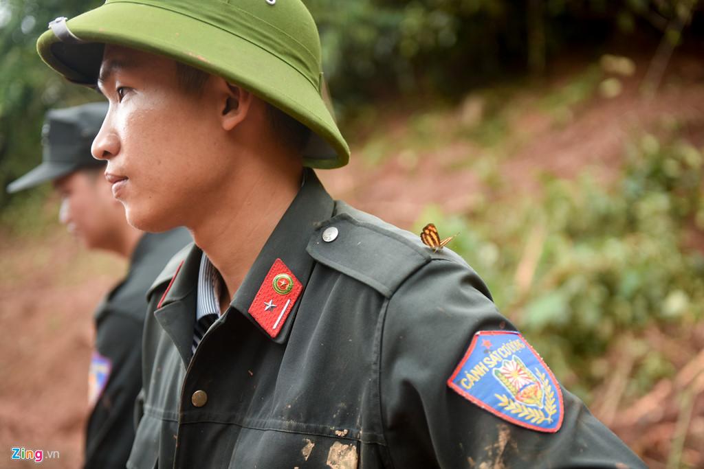 Chiến sĩ Vũ Tùng Lâm thuộc Tiểu đoàn cảnh sát cơ động Lai Châu cho biết anh nhận nhiệm vụ vào Noọng Hẻo từ ngày 26/6. Dù công việc rất khó khăn, đất đai sụt lún, trời mưa thường xuyên nhưng anh vẫn cố gắng làm nhiệm vụ. Anh hy vọng sẽ tìm thấy thi thể nạn nhân cho gia đình yên lòng.