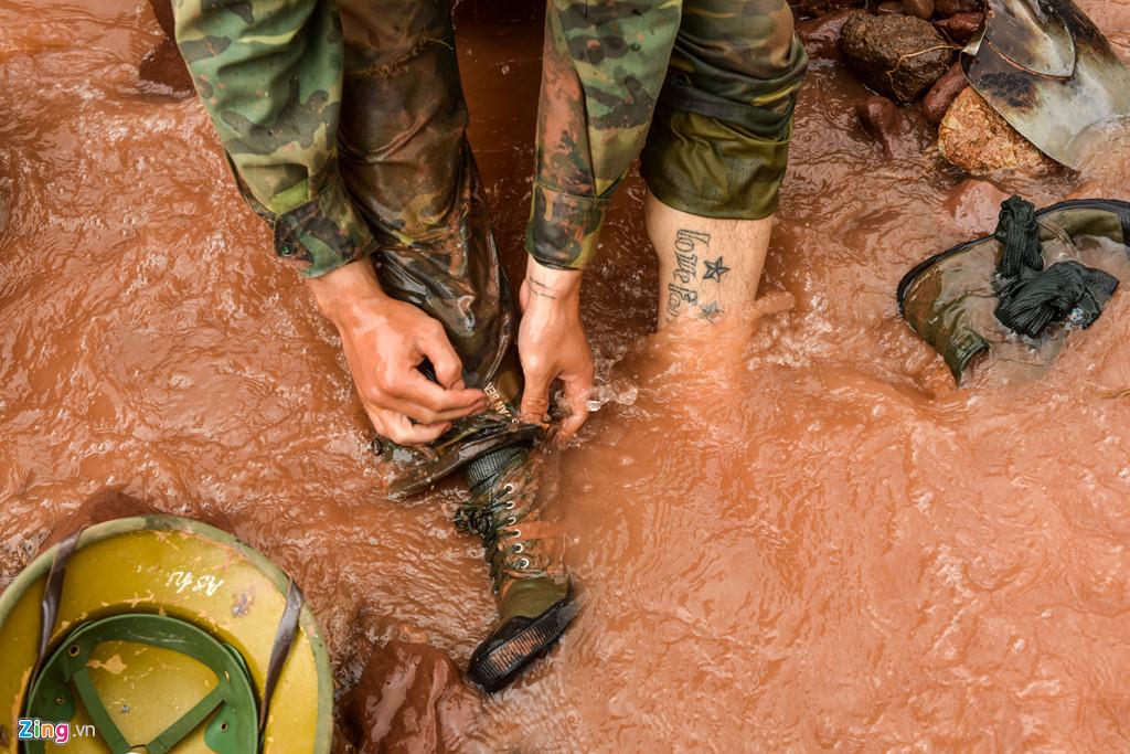 Gần 3 ngày trôi qua, các chiến sĩ vẫn dầm mình dưới mưa và thường xuyên dầm mình dưới bùn ướt.
