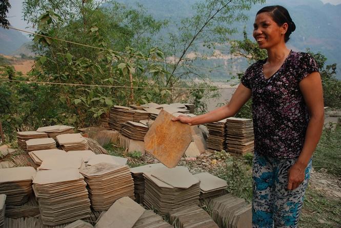 Bà Lù Thị Luy giới thiệu những phiến ngói giấy