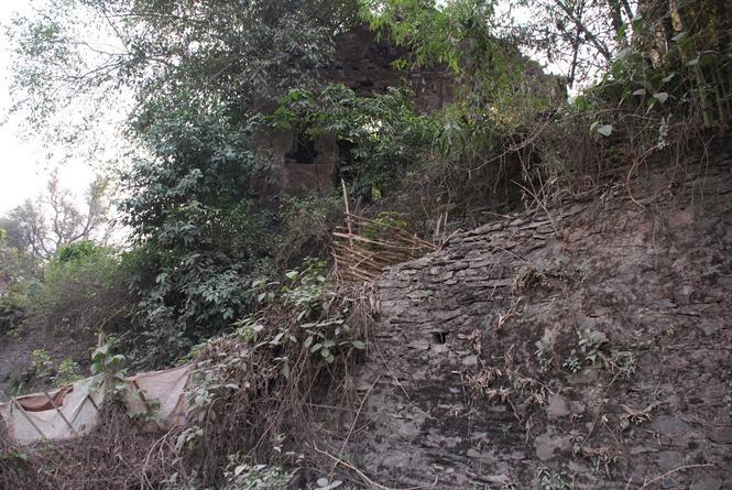 Bức tường bao quanh bảo vệ quyền lực của vua Thái đã sụp đổ