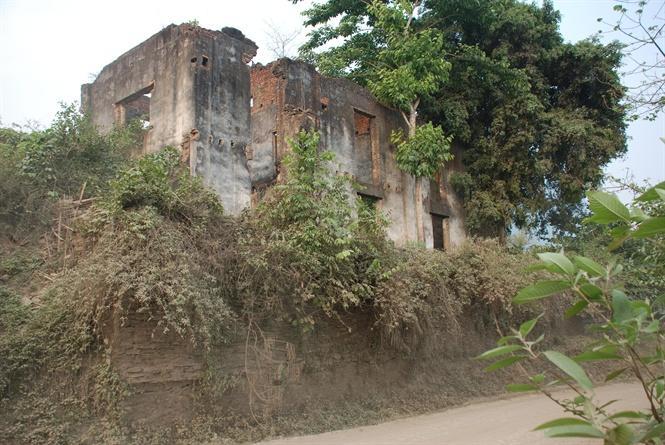 Lâu đài của Đèo Văn Long đã sụp đổ nhìn từ hai phía
