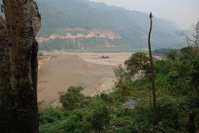 Ngã ba sông Đà nhìn từ lâu đài Đèo Văn Long