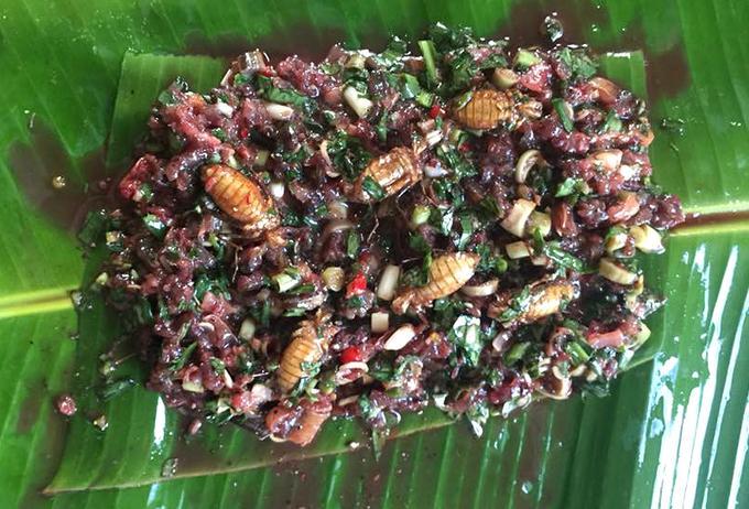 Bọ làm sạch chân, lươn băm nhỏ, cho thêm gia vị, tiêu rừng (mắc khén), và rau thơm, tía tô, hành, húng tròn, húng chó, ớt, xả bọc lá chuối, sau đó vùi than hồng khoảng 40 phút. Khi chín, món này có vị thơm của rau và hạt tiêu rừng, bọ bùi, dai và hơi ngậy.