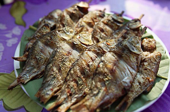 Cá suối thường là những loài cá có độ tanh ít, thịt chắc và thơm nên rất được ưa chuộng. Các món cá đều được chế biến rất cầu kỳ, có khi làm gỏi, nướng, hun khói, sấy. Gia vị cần thiết nhất để tạo nên hương vị món cá đó là ớt, mắc khén và muối trắng.