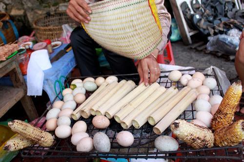 Cơm lam và các món nướng khác được bán nhiều ở các điểm du lịch phía bắc. Ảnh: dulichSaPa.