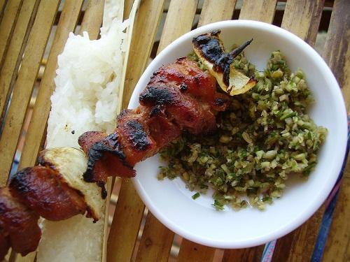 Cơm lam ăn cùng thịt nướng và chẩm chéo đúng điệu Tây Bắc. Ảnh: Vndulich.