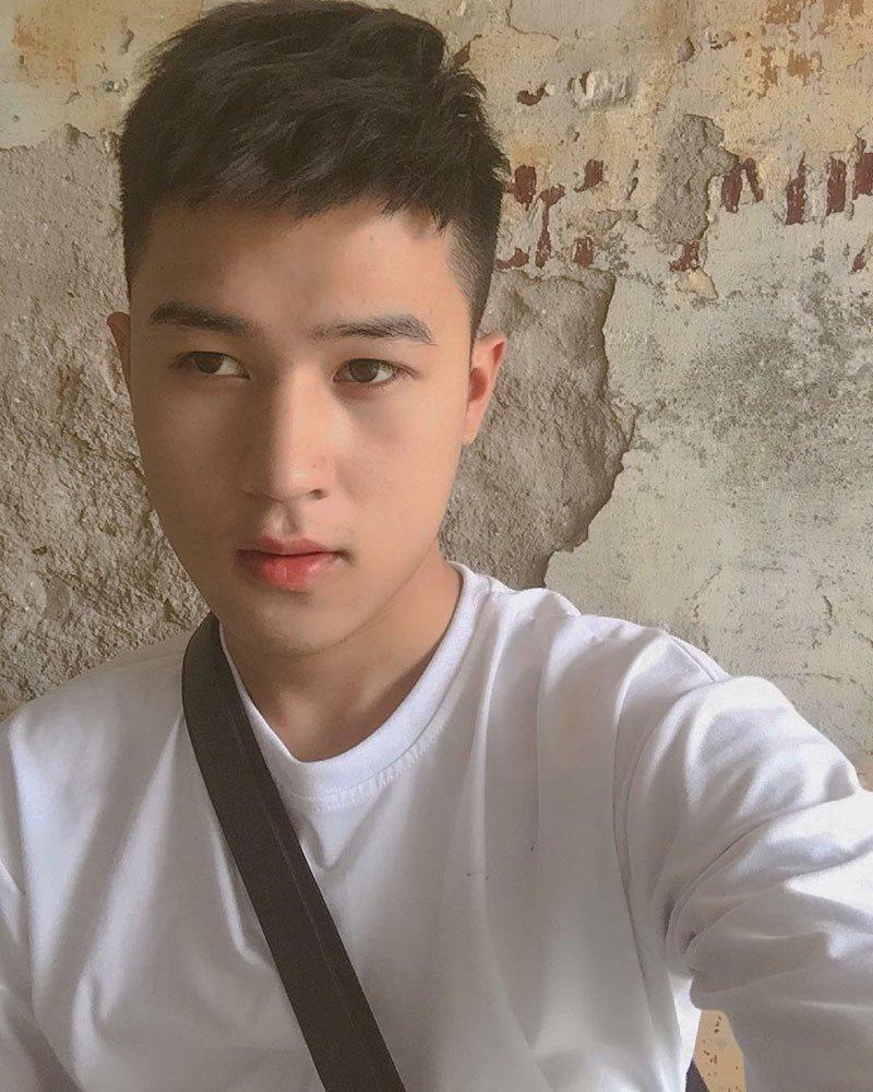 Bình Phong sinh năm 1999, sinh ra và lớn lên ở Sơn La. Anh chàng này là người dân tộc Thái. Chính da dẻ khá trắng trẻo, lại có nét duyên rất riêng khiến bao người chú ý.