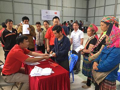Cán bộ Hội Chữ thập đỏ tỉnh cấp phát tiền hỗ trợ cho các hộ dân xã Làng Mô.