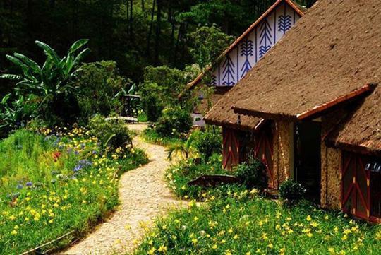 Lang Cù Lần nằm dưới chân núi LangbiAng (Nguồn: phunu.nld.com.vn)