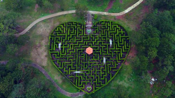 Các điểm vui chơi, bồn hoa, cây cảnh đều được trang trí các hình dáng mang ý nghĩ tượng trưng cho tình yêu, đúng như tên gọi của nó (Nguồn: ivivu.com)
