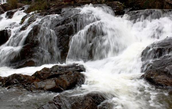 Những tảng đá đầy màu sắc pha lẫn bọt nước tạo nên bức tranh màu nổi bật (Nguồn: Mytour.vn)