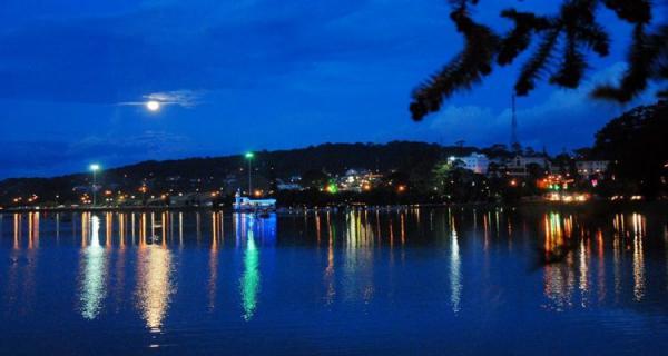Về đêm, hồ Xuân Hương đẹp lung linh, huyền ảo (Nguồn: toursdulichdalat.com)