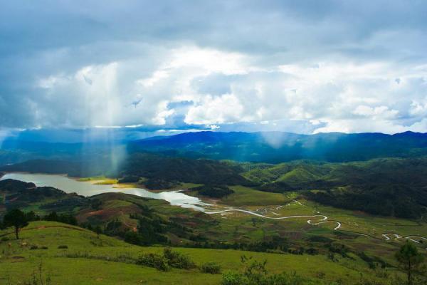 Vào buổi sáng, những tia nắng vàng óng xuyên qua từng đám mây... (Nguồn: Mytour.vn)