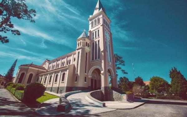 Hình ảnh nhà thờ Con Gà nguy nga, tráng lệ (Nguồn: Mytour.vn)