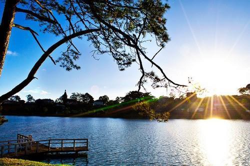 Khung cảnh buổi sáng trên hồ Xuân Hương (Nguồn: vamvo.com)