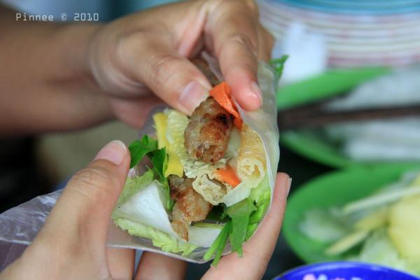 Ăn cùng nem nướng luôn có đồ chua, rau sống, bánh tráng và nước chấm làm từ tương. (Nguồn: Pinnee)