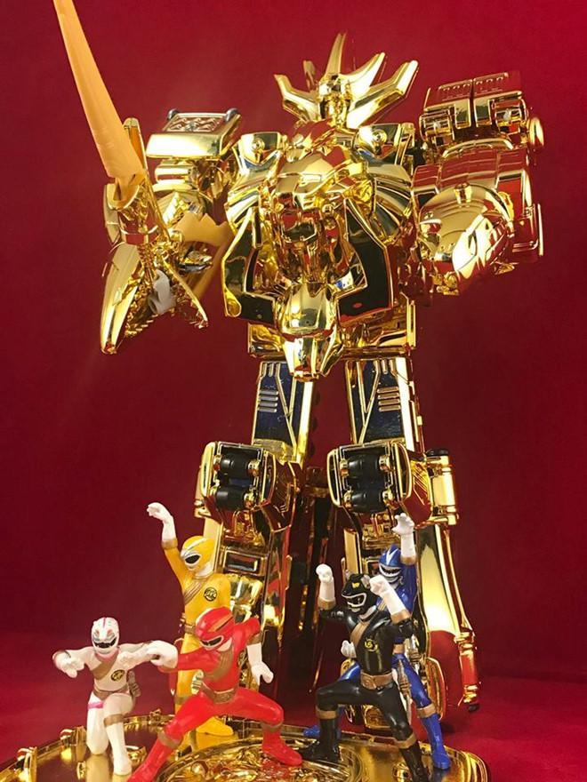 Mô hình siêu nhân mạ vàng có giá hơn 100 triệu đồng của chàng trai 22 tuổi.