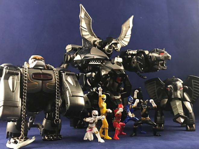 Bộ sưu tập mô hình siêu nhân mạ bạc của Khoa Trường.