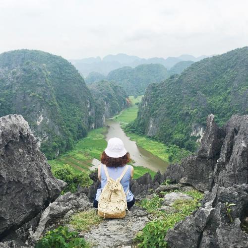 Ngồi trên hang Múa bạn có thể ngắm cảnh núi non hùng vĩ nơi đây. (Nguồn: @banhquii)