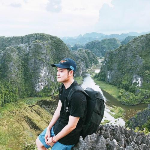 Chàng ca sĩ điển trai đã cất công leo 500 bậc thang – nơi được dân du lịch gọi là tiểu Vạn Lý Trường Thành. (Nguồn: Fb Quang Vinh)