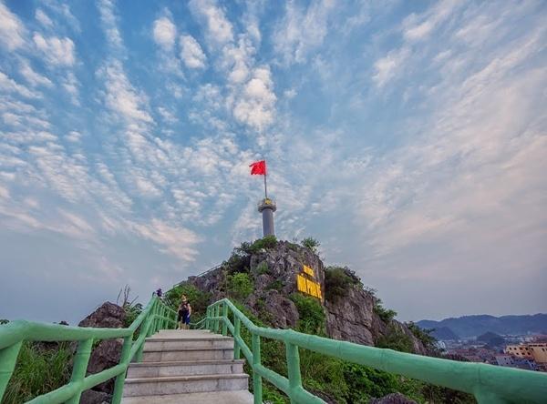 Cột cờ Phai Vệ có 4 tuyến đường lên xuống với 535 bậc xây đá. (Nguồn: foody.vn)