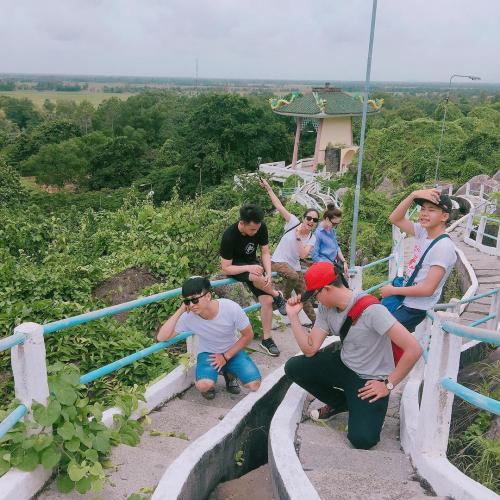 Ðường lên đồi được lát đá phẳng và đẹp, nơi đây đã trở thành điểm check in chụp hình yêu thích của các bạn trẻ Phương Nam. (Nguồn: Quoc Vuong)