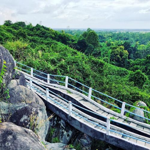 Ðồi Tức Dụp cách biên giới Cam-pu-chia 10km, ngày nay là điểm du lịch kỳ thú. (Nguồn: Nguyễn Hữu Thịnh)