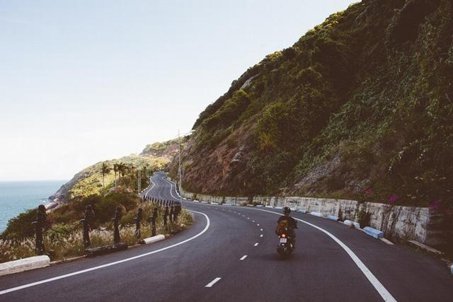 Lang thang bằng xe máy dọc theo cung đường ven biển là trải nghiệm tuyệt vời không thể bỏ qua. Ảnh: Internet