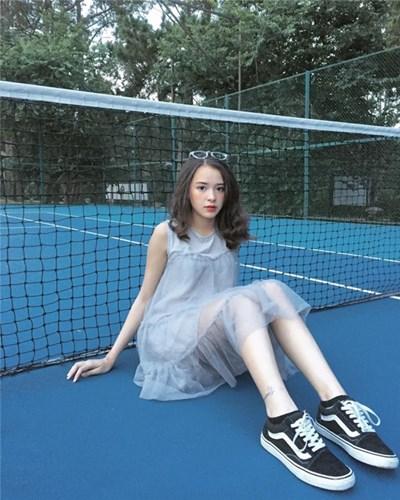 Cô bạn lai Tây người Đà Lạt được nhắc tới đó là Tôn Nữ Khánh Uyên, (SN 2000), sinh ra và lớn lên tại thành phố Đà Lạt, hiện đang là học sinh lớp 12 trường THPT Tây Sơn, Đà Lạt.