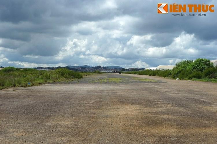 Sân bay có diện tích trên trên 500.000m2, đường băng dài 1.390m với mặt bêtông nhựa, được xây dựng trong giai đoạn chiến tranh Việt Nam làm sân bay quân sự của Mỹ và chính quyền Sài Gòn.