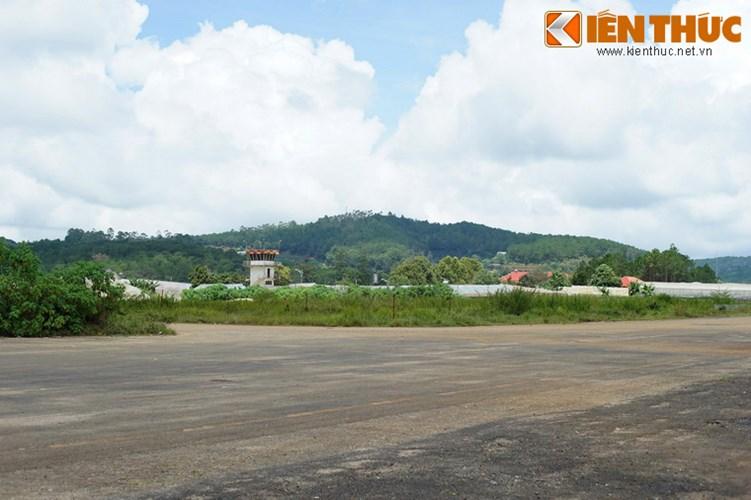 Nằm ở phường 5, cách trung tâm Đà Lạt 3 km về phía Tây, sân bay Cam Ly là địa danh gắn một một giai đoạn lịch sử của thành phố trên cao nguyên Langbiang.