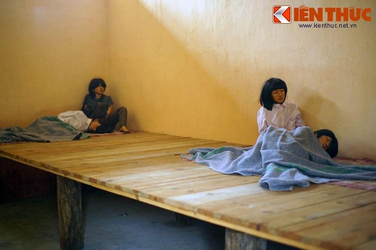 Diện tích mỗi phòng khoảng 30 m2, thường giam từ 60 - 70 tù nhân, có phòng lúc cao điểm giam gần 100 tù nhân.