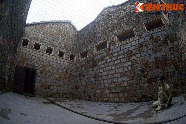 Đặc biệt, có một hầm đá xây khuất sau hành lang xà lim, không có mái che mà chỉ có lưới kẽm gai chăng dày bên trên để địch thực hiện hình phạt phơi sương, phơi nắng tù nhân.