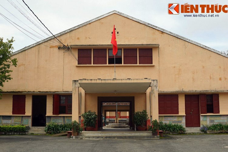 Án ngữ phía trước khu nhà lao là khối nhà chữ A bình thường, được dùng làm phòng làm việc của bộ máy quản lý nhà lao.