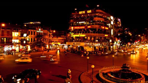 Hà Nội, thủ đô của Việt Nam ban ngày đã đẹp, khi đêm xuống càng đẹp hơn với hồ Gươm, tháp Rùa, cầu Thê Húc, những khu phố cổ, những tán cây sưa rợp bóng, những hàng ăn khuya vỉa hè cạnh chân cầu Long Biên. Ảnh: Discoveryindochina.