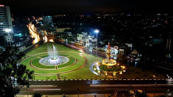 Pleiku (tỉnh Gia Lai) làhành phố lớn thứ 3 của Tây Nguyên và đô thị quan trọng nhất phía Bắc Tây Nguyên. Nơi đây khí hậu mát mẻ quanh năm, những danh thắng tuyệt đẹp và bức tranh thành phố rực rỡ trong đêm. Ảnh: Trọng Phạm.