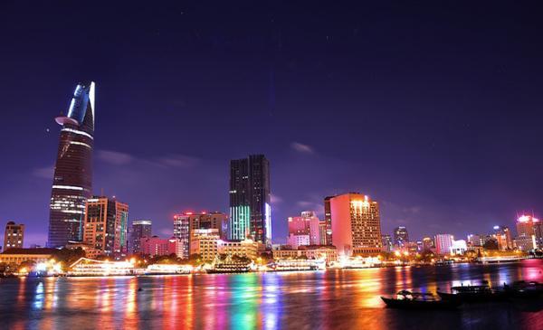 TP HCM trong mắt du khách lẫn người địa phương là thành phố luôn sôi động và tất bật. Song nếu ban ngày là nét duyên của thành phố 300 năm tuổi, đêm đến, Sài Gòn tráng lệ với những tòa nhà cao ốc, những khu mua sắm, phố đi bộ, khu phố tây nhộn nhịp. Ảnh: Hoamykoj.