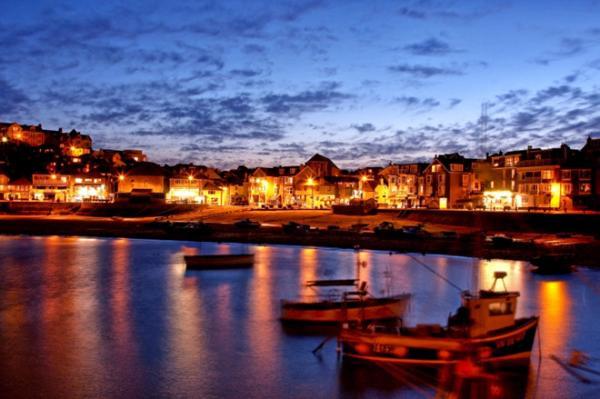 Huế tuyệt đẹp trong đêm khi bạn thong dong trên tàu nhâm nhi tách trà Cung Đình, nghe ca trù và ngắm sông Hương. Khi thuyền ra giữa dòng, hệ thống ánh đèn của thành phố, các hàng quán ven sông dường như bị đẩy lùi để bạn ngắm nhìn những ngôi sao trên bầu trời. Ảnh: 1islandsquare.