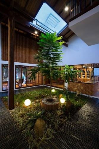 Đặc biệt, tất cả không gian chức năng đều được thiết kế hướng về khu vườn nhỏ bên trong căn nhà.