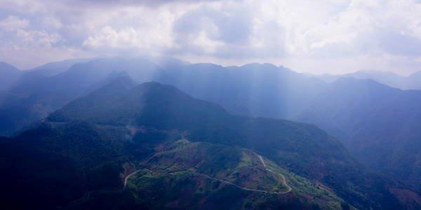 Sương giăng, mây vờn là những cảnh đẹp khó quên trên đỉnh đèo Khánh Lê. (Nguồn: hanoiparagliding)