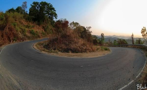 Những khúc cua gấp nối tiếp nhau trên đèo Đại Ninh. (Nguồn: Black)