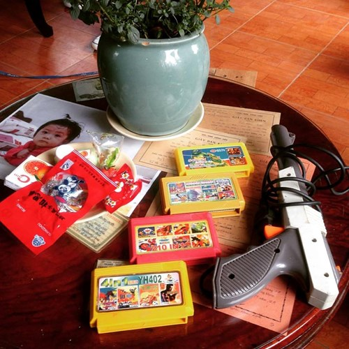 Các bạn trẻ còn nhớ những chiếc băng điện tử console này chứ. Chúng là một tuổi thơ dữ dội với nấm lùn Mario, xe tăng hay là xếp hình nhộng.