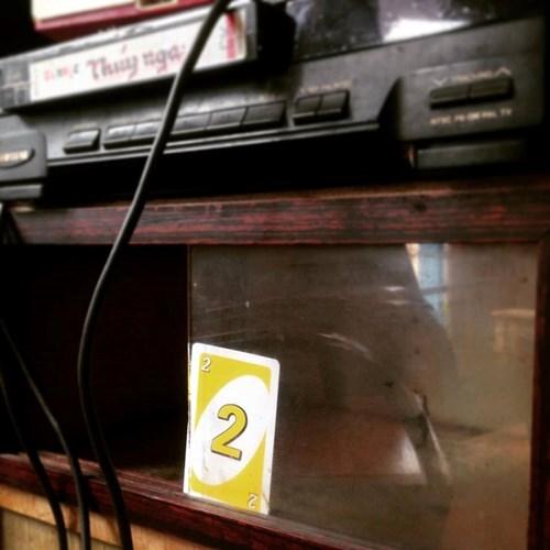 Chiếc tủ cổ và đầu băng cũ là cả một kỉ niệm tuổi thơ đáng nhớ với bộ phim chưởng cũng góp mặt trong không gian quán cafe hoài niệm tại Đà Lạt mang tên tiệm cà phê cô Bông. Ảnh sử dụng trong bài: Facebook