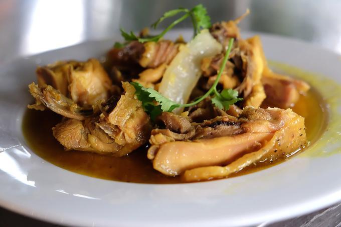 Gà cũng được mang đi kho nghệ hay kho gừng. Dù lửa lớn hay hâm đi hâm lại nhiều lần, món gà ở đây vẫn giòn da và ngọt thịt. Món ăn phù hợp với cơm trắng, hoặc cũng có thể ăn cùng với các món rau.