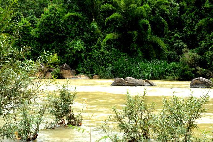 Nằm trên quốc lộ 20, Madagui cách TP HCM 152 km và là điểm giữa của cung đường từ Sài Gòn lên thành phố sương mù Đà Lạt. Tuy chỉ là một thị trấn nhỏ, thế nhưng đây lại là nơi đầu tiên khiến du khách cảm nhận được sự khác biệt giữa cái nóng của miền thấp với cái man mát nơi bậc thềm khí hậu miền cao. Madagui bắt đầu bằng những cánh rừng xanh bất tận, đồi núi trập trùng và những con suối cuồn cuộn chảy ven đường, nơi có nhiều người dân tộc Mạ sinh sống.