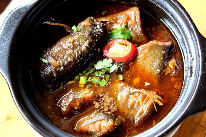 Bên cạnh cá lăng, cá chạch suối cũng là món ăn hiếm bởi không dễ tìm. Cá chạch suối thịt dai da mỏng, xương giòn như sụn, mang đi kho tộ, nấu canh chua lá giang, hay nấu lẩu măng rừng đều khiến người ăn hài lòng.