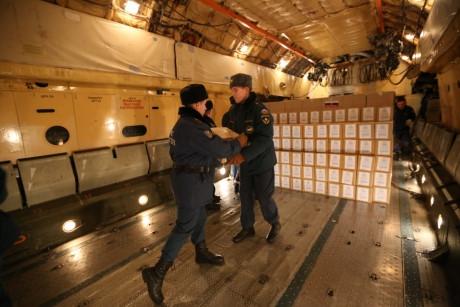 Nga đã chuyển 40 tấn hàng hóa cứu trợ tới Việt Nam. ảnh: Emercom.