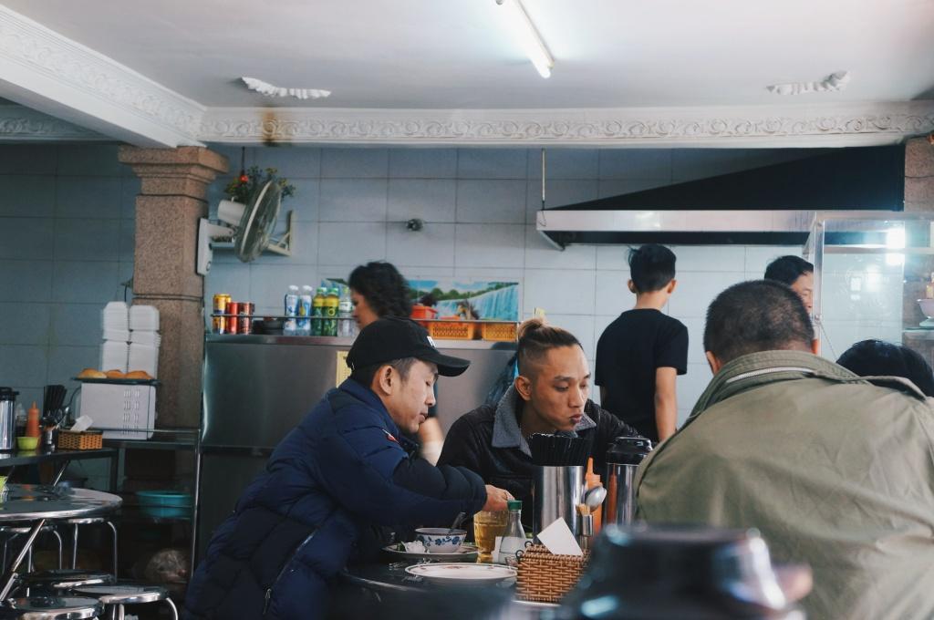 Quán rộng rãi với nhiều bàn tròn ngồi được 5 - 6 người .Thực đơn của quán đa dạng, từ các món cơm gà, cơm bò, cơm chiên cho đến mỳ, phở... (Ảnh: Trịnh Văn)