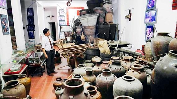 Ông Đặng Minh Tâm và bộ sưu tập hiện vật các dân tộc bản địa Tây Nguyên. Ảnh: ĐOÀN KIÊN