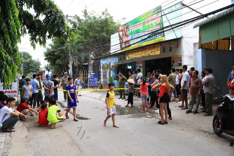 Rất đông người dân tập trung quanh khu vực hiện trường theo dõi vụ việc.